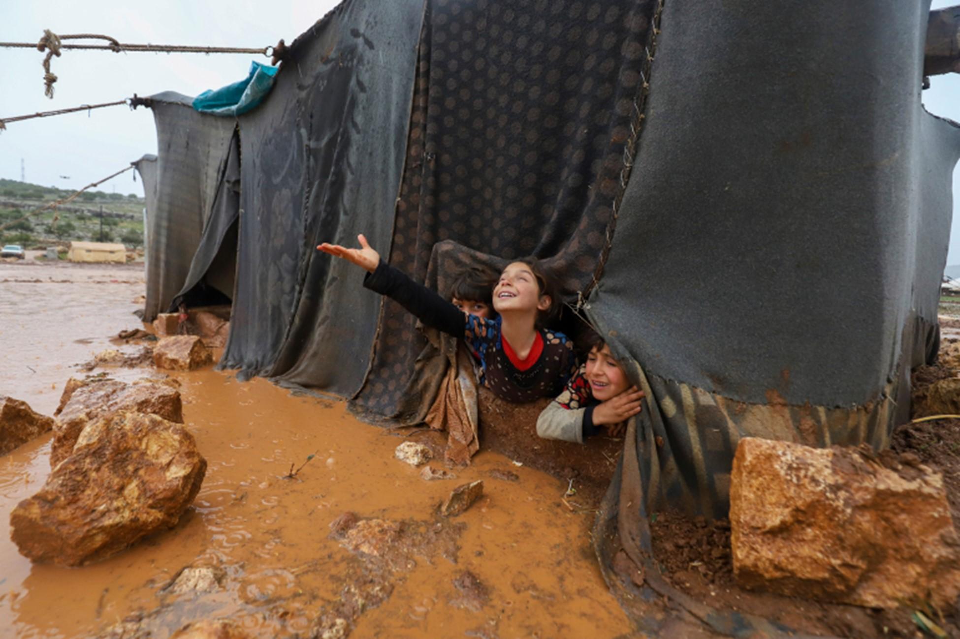 Puluhan ribu orang terkena dampak banjir dahsyat, banyak yang terpaksa tidur di udara terbuka setelah hancurnya tenda darurat.